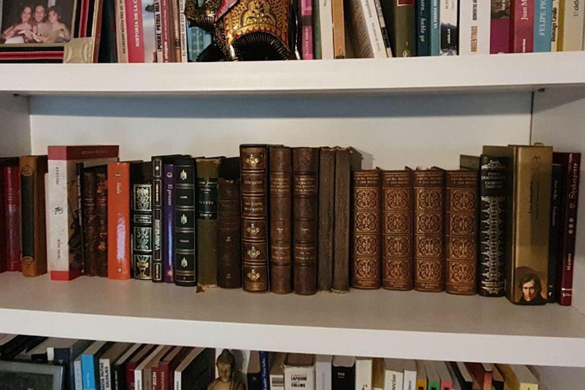 Su estante preferido. Con ediciones del Quijote de 1897 y 1926. También está el Fausto, El conde de Montecristo y el primer tomo de Las mil y una noches.