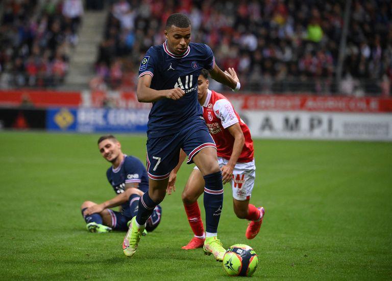 El delantero francés del Paris Saint-Germain, Kylian Mbappé, corre con el balón durante el partido de fútbol francés L1 entre el Stade de Reims y el Paris Saint-Germain (PSG) en el Stade Auguste Delaune en Reims, en el norte de Francia, el 29 de agosto de 2021.