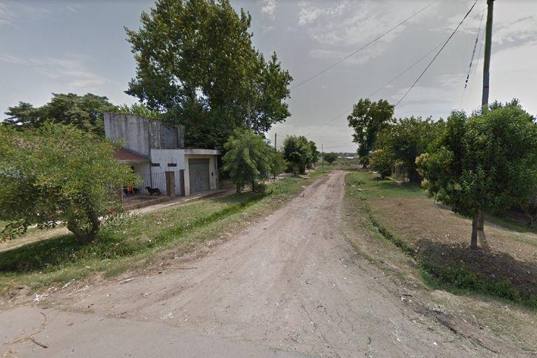 Ricardo Rojas y, al fondo, Segurola, en Moreno, donde un adolescente quiso robarle la moto a una pareja y terminó linchado, desnudado y atado a un poste de luz por los vecinos que lo persiguieron