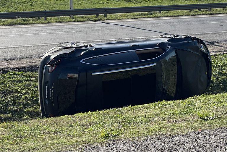 El publicista Ramiro Agulla volcó con su Porsche en la ruta