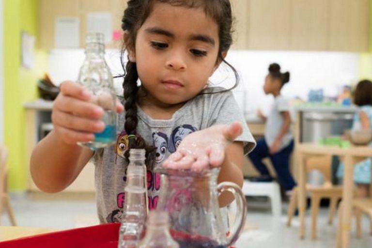 Experimentar y descubrir es una de las bases del método Montessori