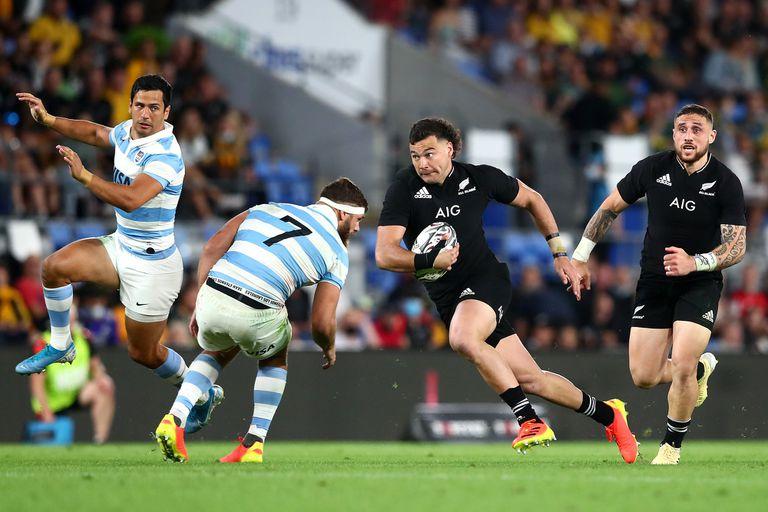 David Havili ataca en velocidad y desaira a Marcos Kremer; Nueva Zelanda domina con holgura a los Pumas en Gold Coast, Australia, por el Rugby Championship.