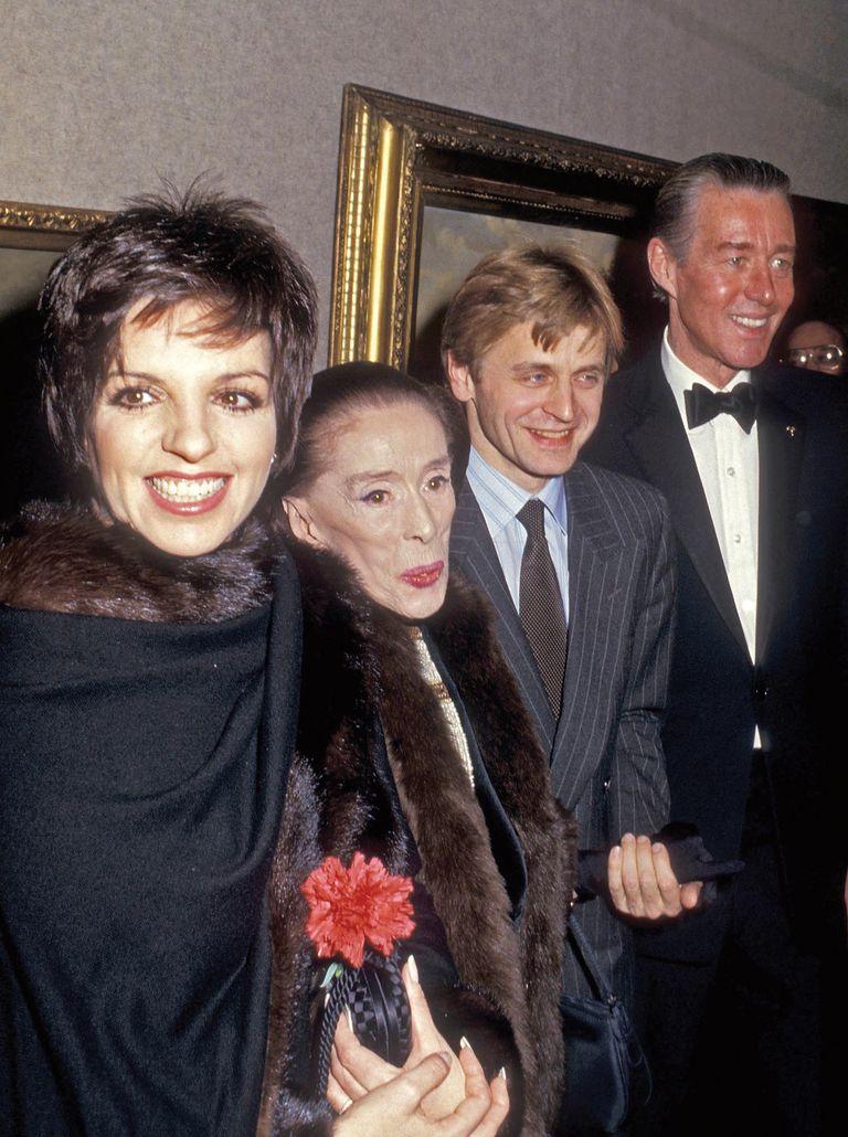 Liza Minnelli, la bailarina y coreógrafa Martha Graham, el bailarín Mikhail Baryshnikov y Haslton en el cóctel A Diamond for Martha, en el que se celebró el 60° aniversario de Martha Graham Dance Company (febrero de 1987).