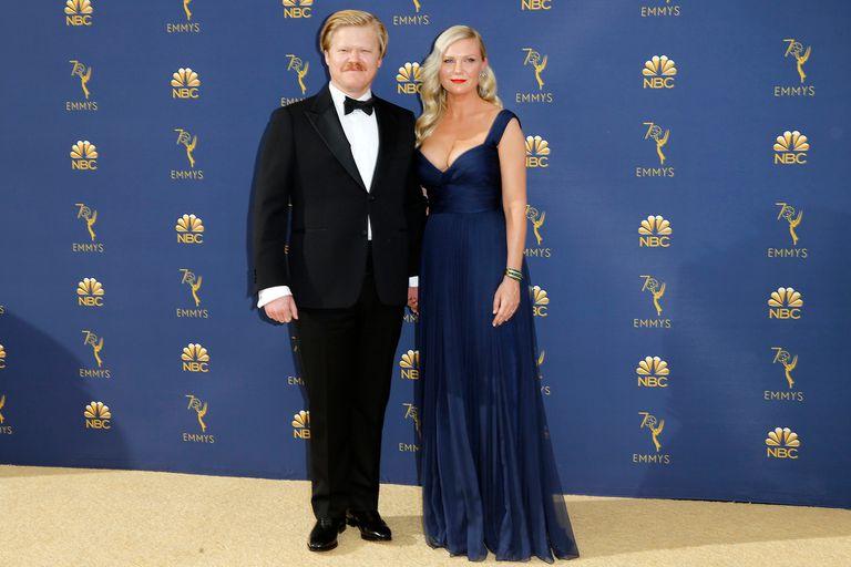 Acompañada por su marido, el actor Jesse Plemons, Kirsten Dunst ingresó a la alfombra de los Emmy 2018. La actriz lució un vestido de Schiaparelli Haute Couture