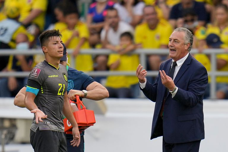 Gustavo Alfaro habla con Alan Franco durante el partido de eliminatorias de la Copa del Mundo Qatar 2022 que disputaron Colombia y Ecuador