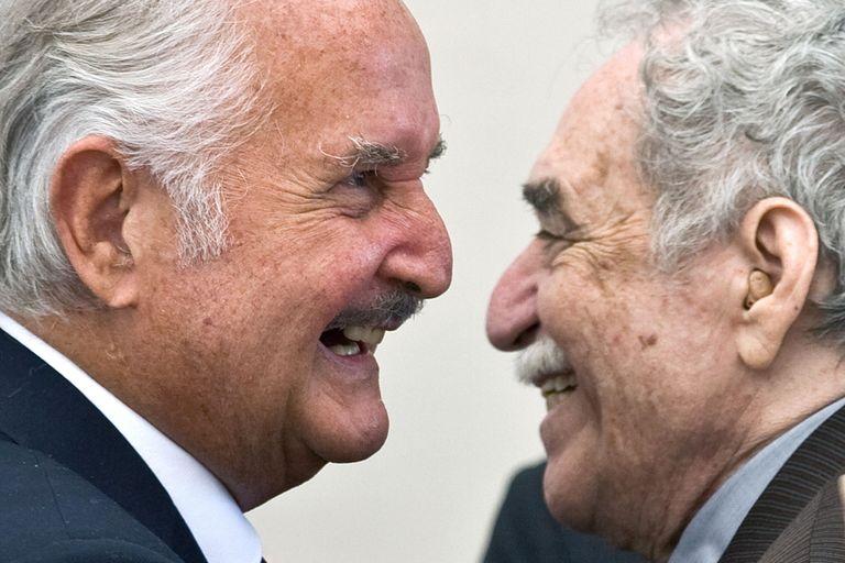 El escritor mexicano Carlos Fuentes, en su cumpleaños 80, con García Márquez, el 17 de noviembre de 2008