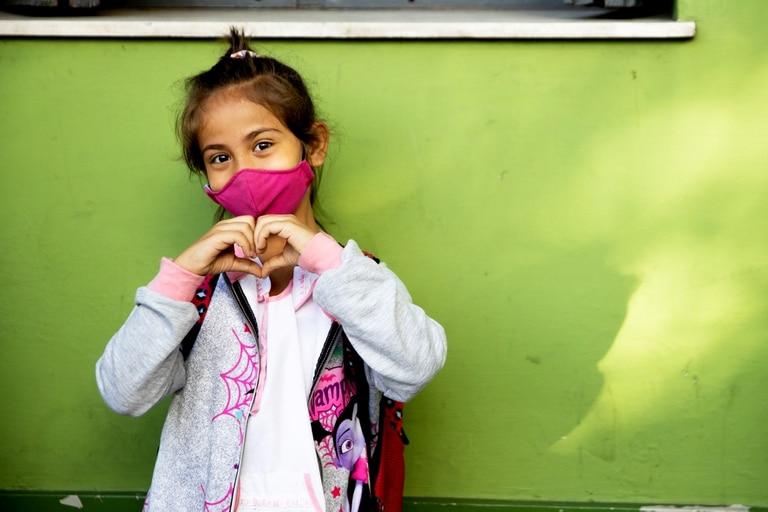 Martina Ajtras asiste a su primer día de clases presenciales en la Escuela Provincia de Córdoba, ubicada en el barrio porteño de Palermo.