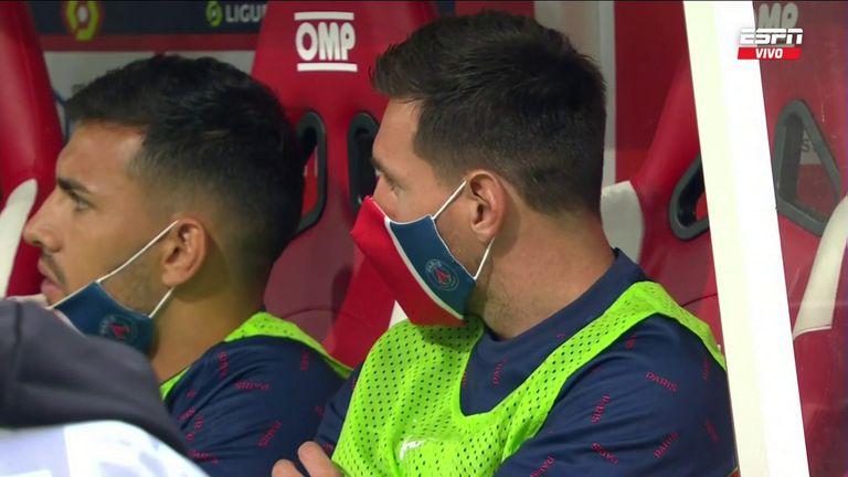 Lionel Messi en el banco de suplentes junto a Leandro Paredes