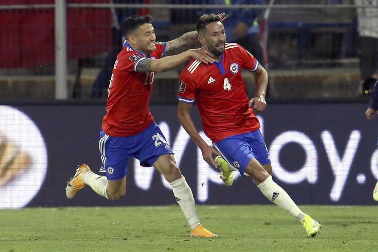 El zaguero chileno Mauricio Isla (derecha) celebra con Charles Aranguiz tras anotar el segundo gol en la victoria 2-0 ante Paraguay por las eliminatorias del Mundial, el domingo 10 de octubre, en Santiago. (Elvis González/Pool vía AP)