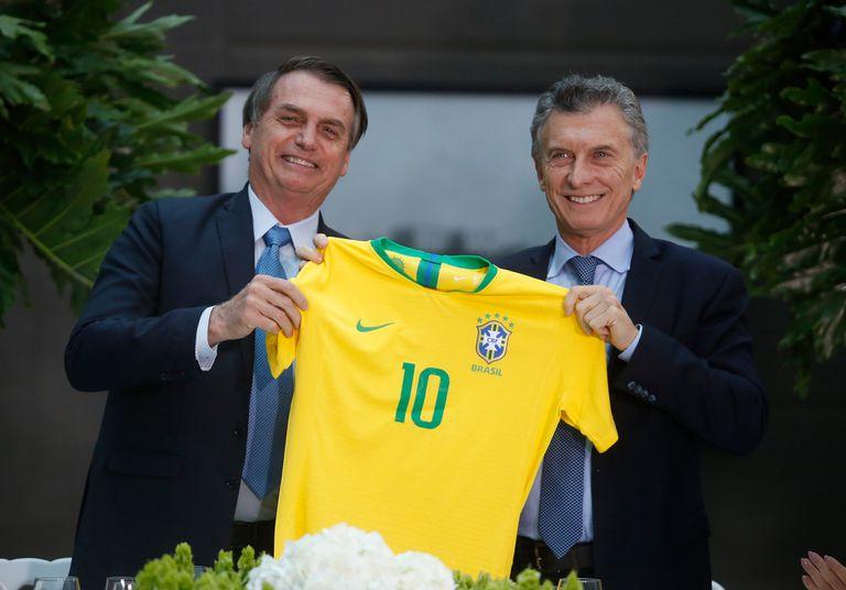 Bolsonaro le regaló a Macri una camiseta de Brasil cuando era presidente