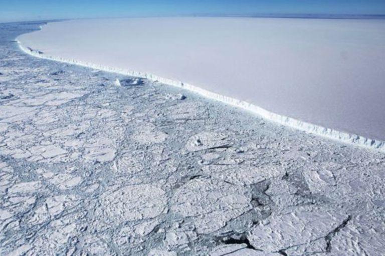 El iceberg A68 equivale a cuatro veces el tamaño de Londres. El bloque tiene 160 km de longitud y un grosor de 200 metros