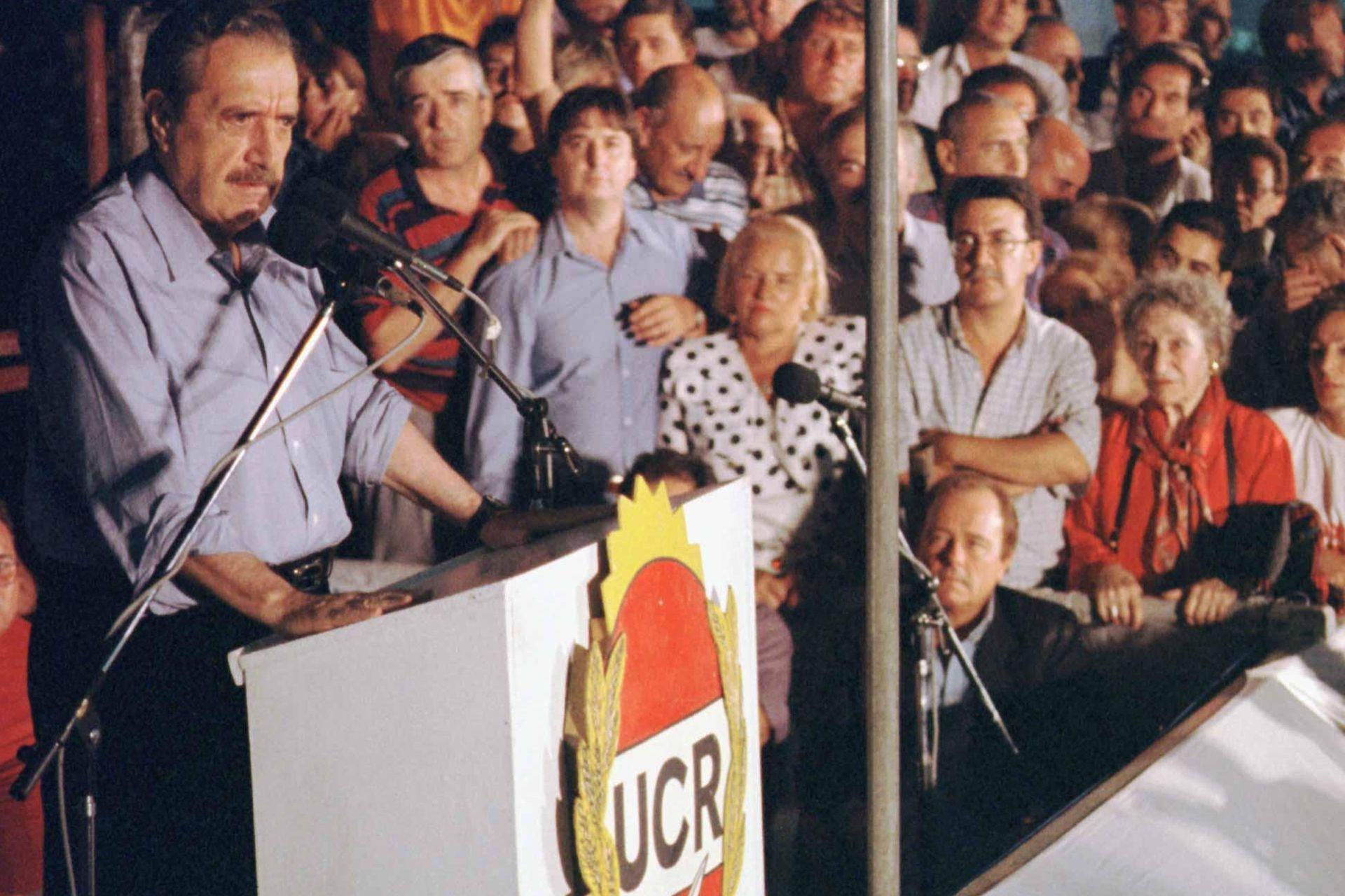 Raúl Alfonsín, que supo concitar en 1983 el apoyo de los sectores medios, durante un acto radical en 1997