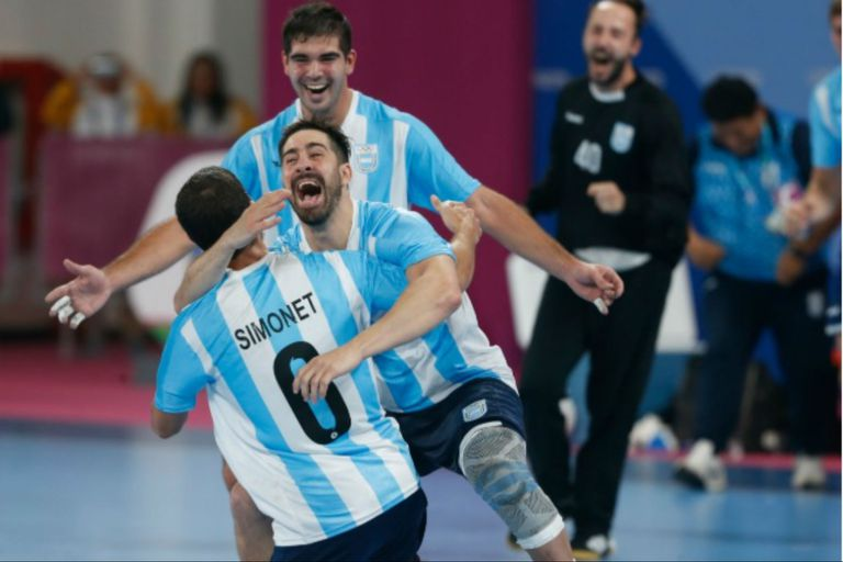 El abrazo de Federico Pizarro y Pablo Simonet (más atrás) a Diego Simonet