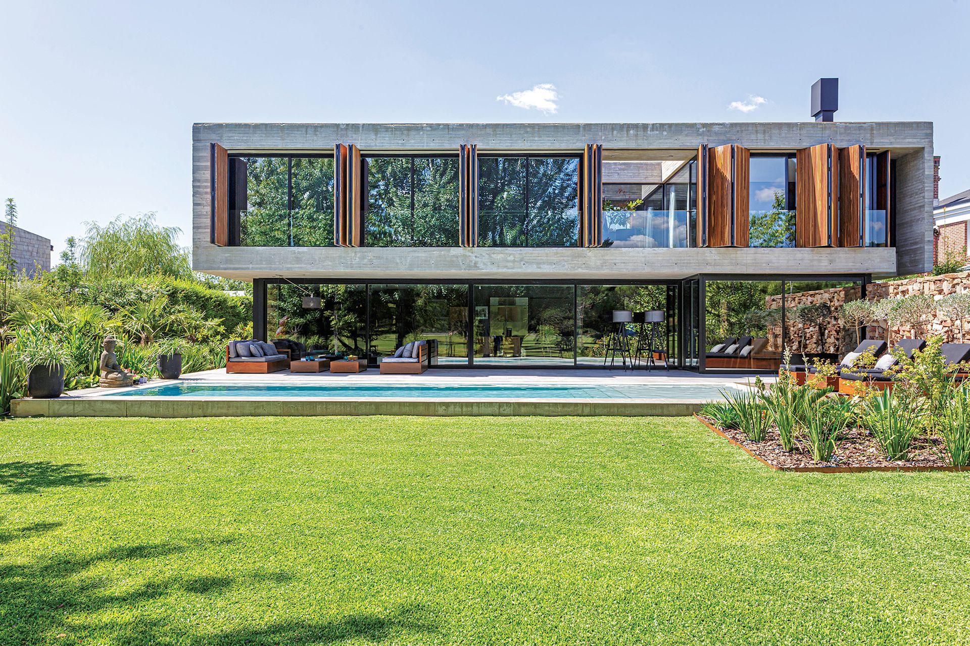 Las generosas aberturas le dan transparencia a la casa.