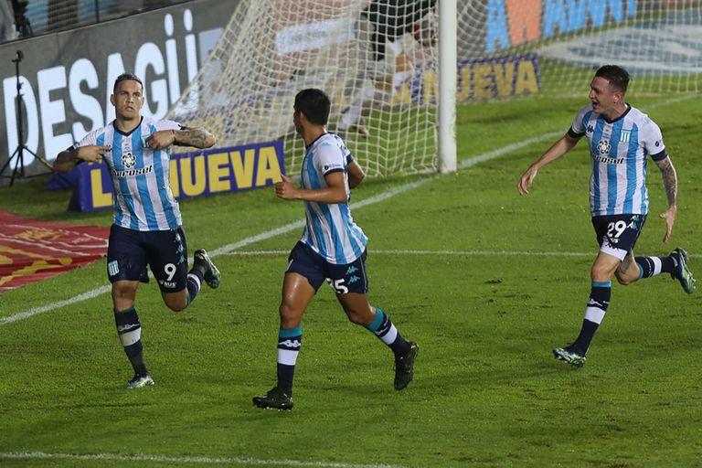 Enzo Copetti festeja su gol de penal, que le dio el triunfo a Racing en el último minuto en el clásico frente a Independiente. Se pliegan Iván Maggi y Aníbal Moreno.