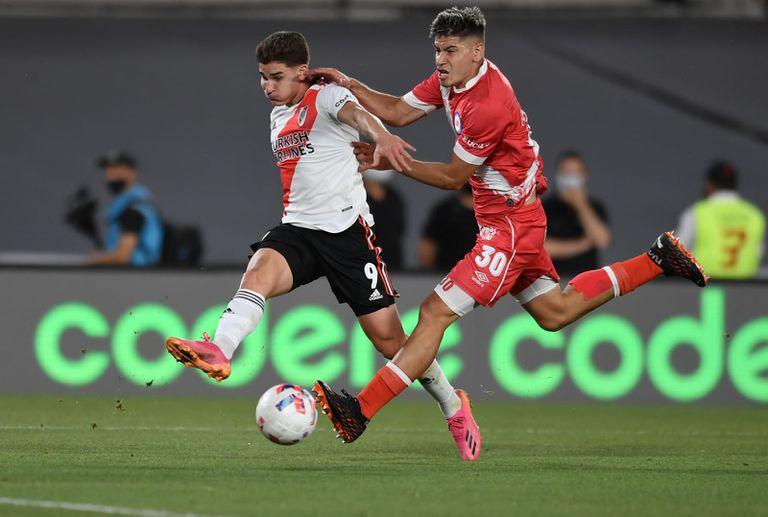 """River - Argentinos. Marcelo Gallardo reclamó la tarjeta roja por una fuerte falta a Julián Álvarez: """"¿No viste la patada que le dio?"""""""