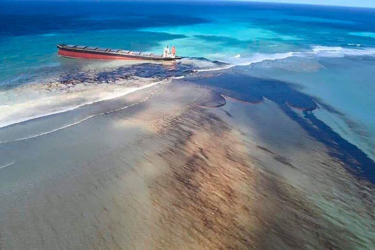 El carguero encallado vertió miles de toneladas en las prístinas aguas del archipiélago