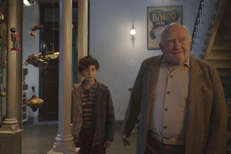 Ed Asner junto a David Mazouz en El inventor de juegos, la película de Juan Pablo Buscarini que vino a filmar a la Argentina