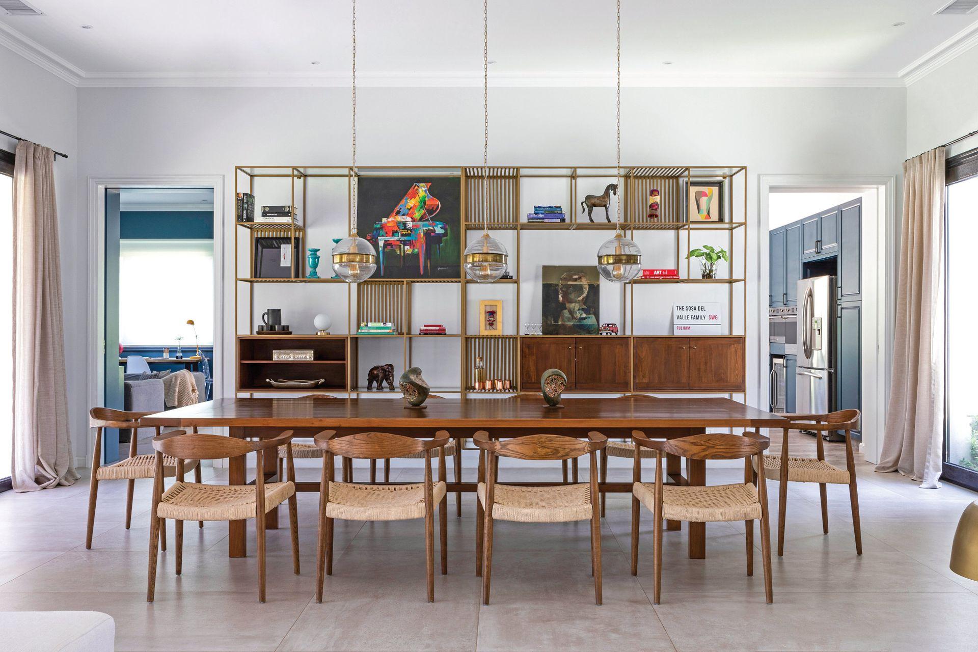 Protagonista y leit motiv del comedor, la biblioteca metálica llegó desde Chile. Mesa de madera (ambas, Broca, Chile) y sillas 'Norfolk Attimo' (Tienda Paris, Chile).