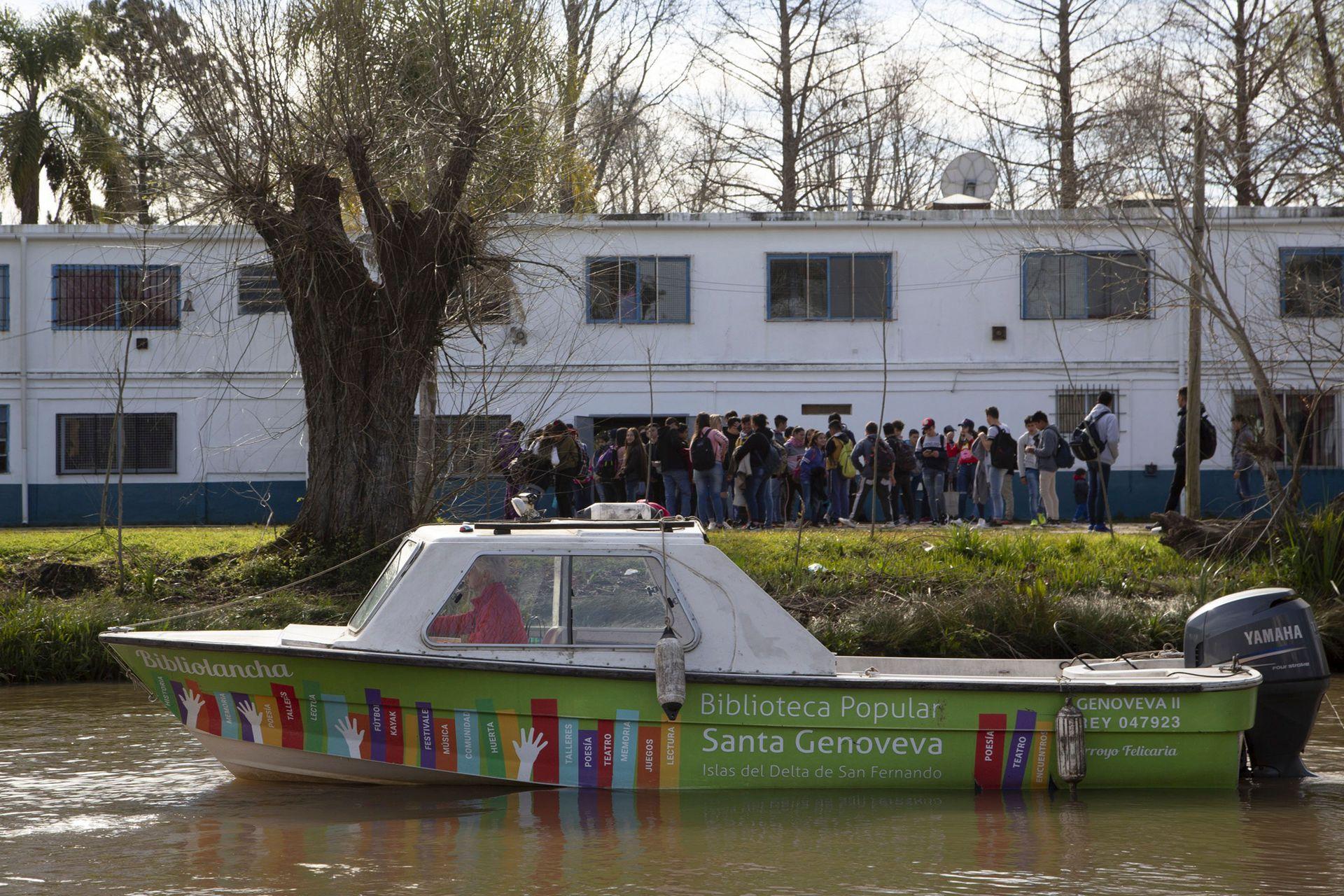 """La """"bibliolancha"""" Genoveva llega a 14 escuelas del Delta"""