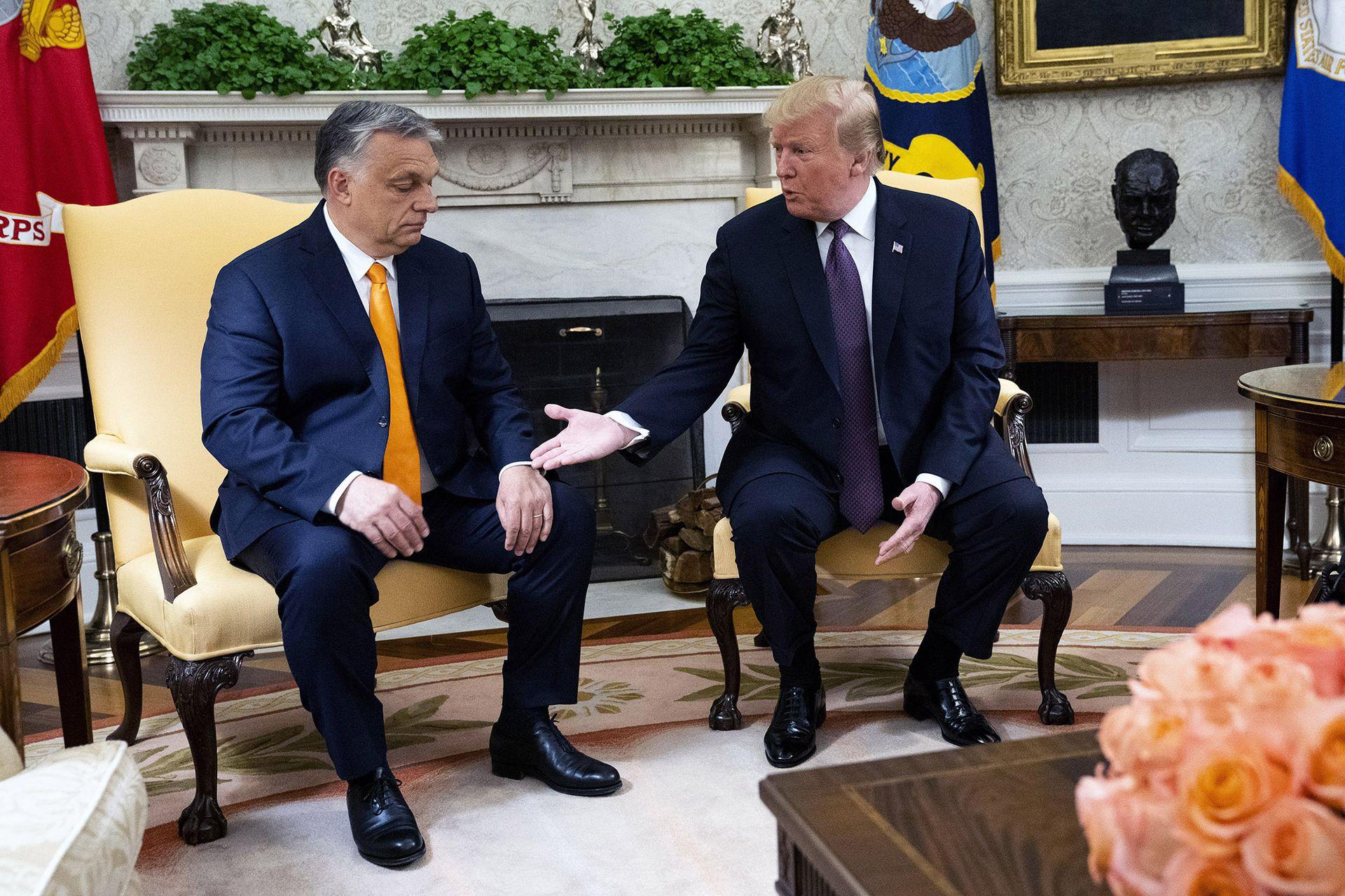 El primer ministro húngaro, Viktor Orbán, escucha en el Salón Oval al presidente de Estados Unidos, Donald Trump, en 2019