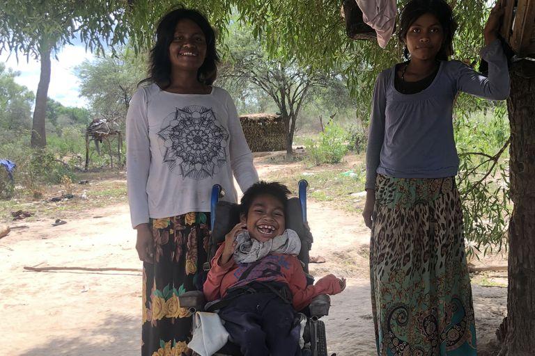 Gustavo tiene 9 años y está en silla de ruedas. Solo come leche que le lleva el equipo de Pata Pila. Si ellos no llegan, se queda sin comida y solo toma té