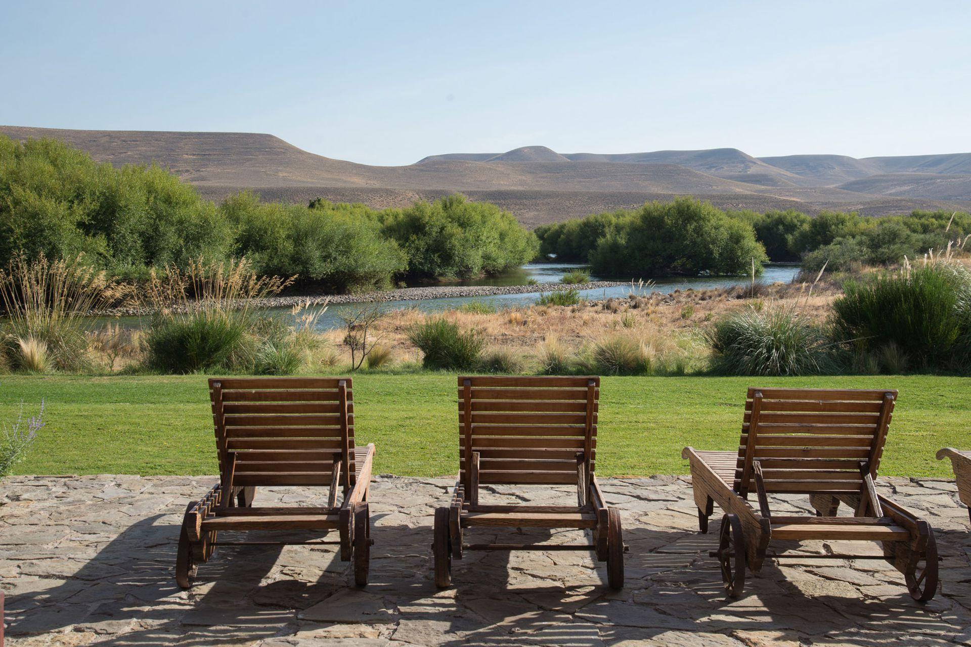 La vista de la galería principal descansa en la belleza del río Chimehuin.