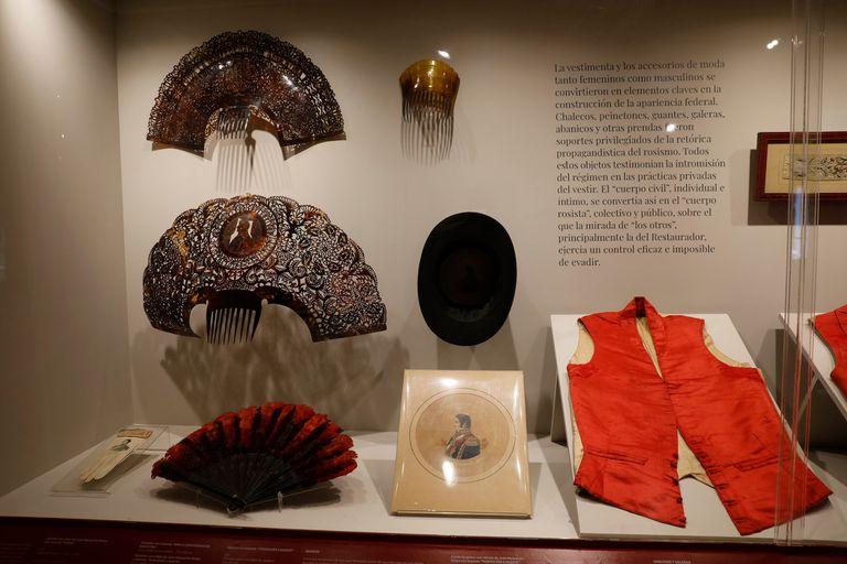 Entre otros objetos de uso corriente durante el periodo rosista se exhiben chalecos federales, tiradores, abanicos, peinetas, guantes y galeras