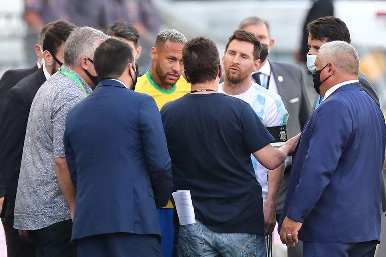 Neymar y Messi hablan con funcionarios de salud brasileños en medio de la cancha