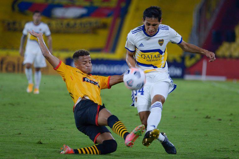Agustin Obando y Byron Castillo disputan la pelota durante el partido entre Boca y Barcelona de Ecuador