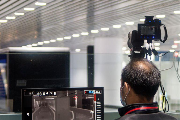 La tecnología de cámaras con detección de calor es utilizada en los sectores de seguridad, pero en los últimos años su aplicación derivó en el control de la temperatura corporal de los pasajeros en aeropuertos