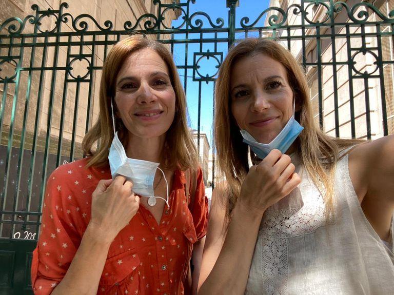 Paula junto a su hermana María.