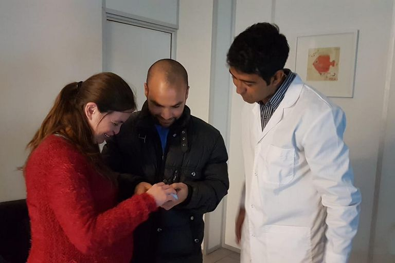 Daniel Iturria y Silvina Ibarra, padres no videntes, cuando pudieron conocer el rostro de su beba gracias a la representación física de la ecografía 5D creada por los médicos Mario Pelizzari y Ricardo Ledesma del Instituto Oulton