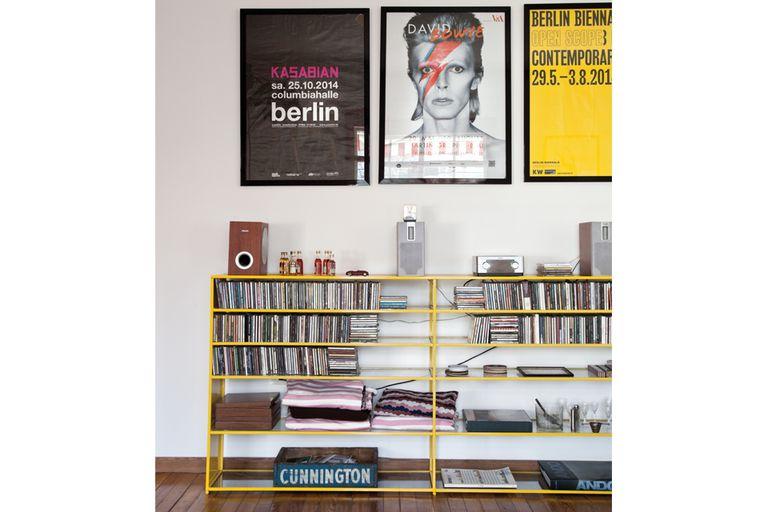Los cuadros de arriba de los discos son pósters que compraron en las calles de Berlín y mandaron a enmarcar