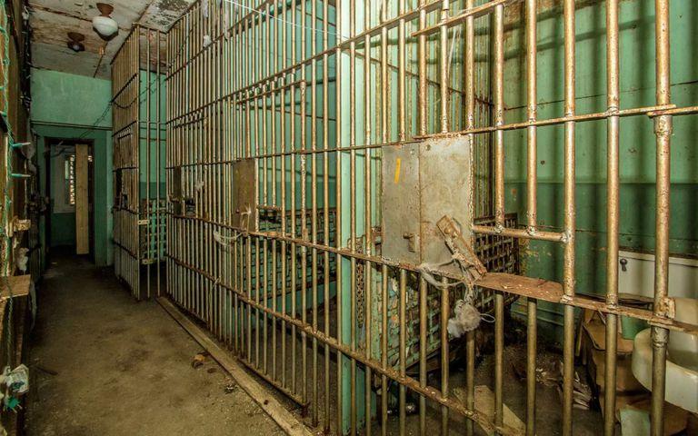 Esta casa en venta tiene una cárcel abandonada en el sótano