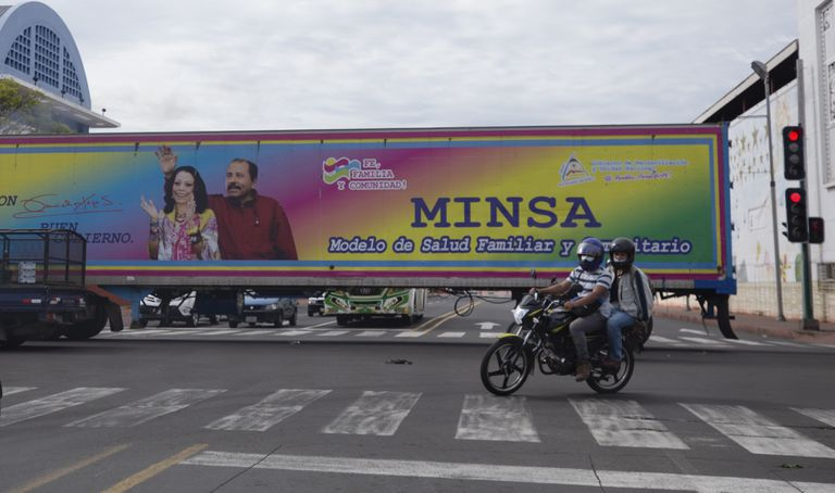 Un camión con la figura de la pareja presidencial en las calles de Managua