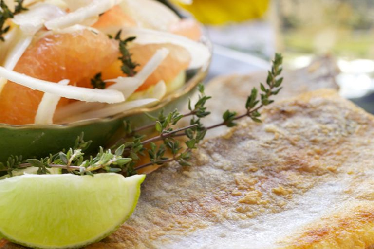 Acompañá el pescado con una ensalada fresca de pomelo rosado