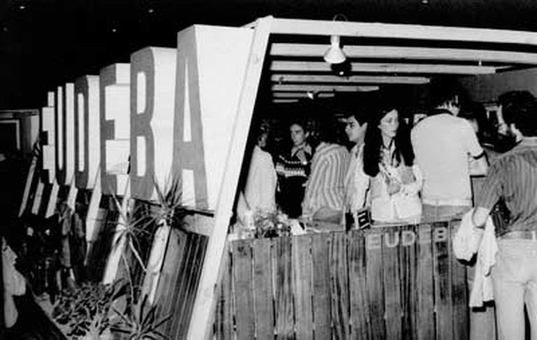 Stand de Eudeba en la Feria Internacional del Libro de Buenos Aires en la década de 1970. Foto: Gentileza editorial