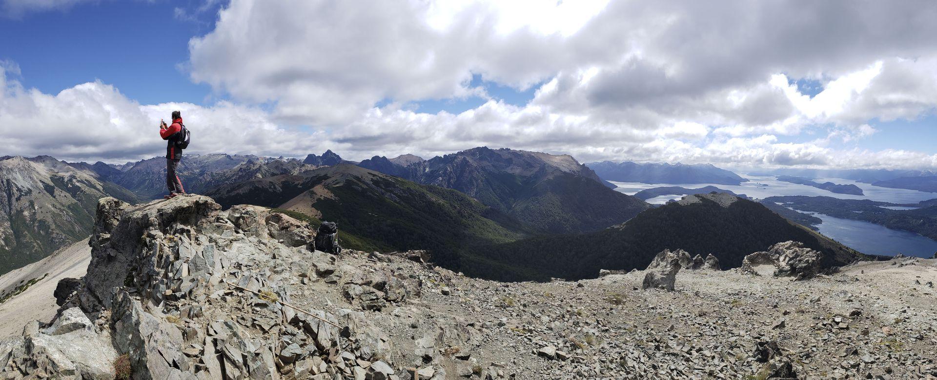 Ascenso all cerro Bellavista en Bariloche, entre coihues morrudos, el típico ciprés cordillerano y cañas colihues.