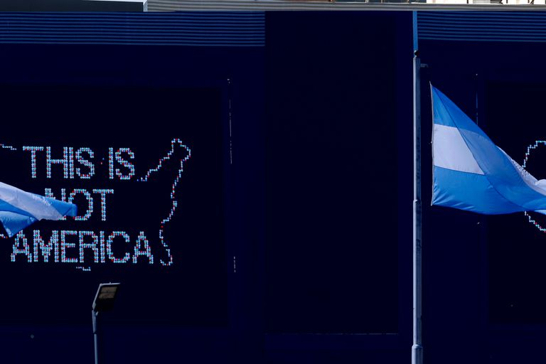 """""""This Is Not America"""", la frase protagonista de la obra de Jaar, inspiró el nombre de esta primera edición del Faena Festival"""