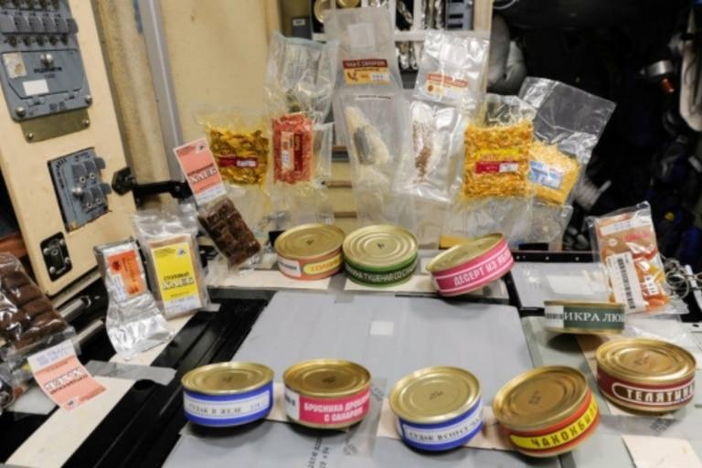 Los astronautas tienen tres comidas al día, revisadas por nutriólogos para confirmar que reciban las vitaminas y minerales adecuados