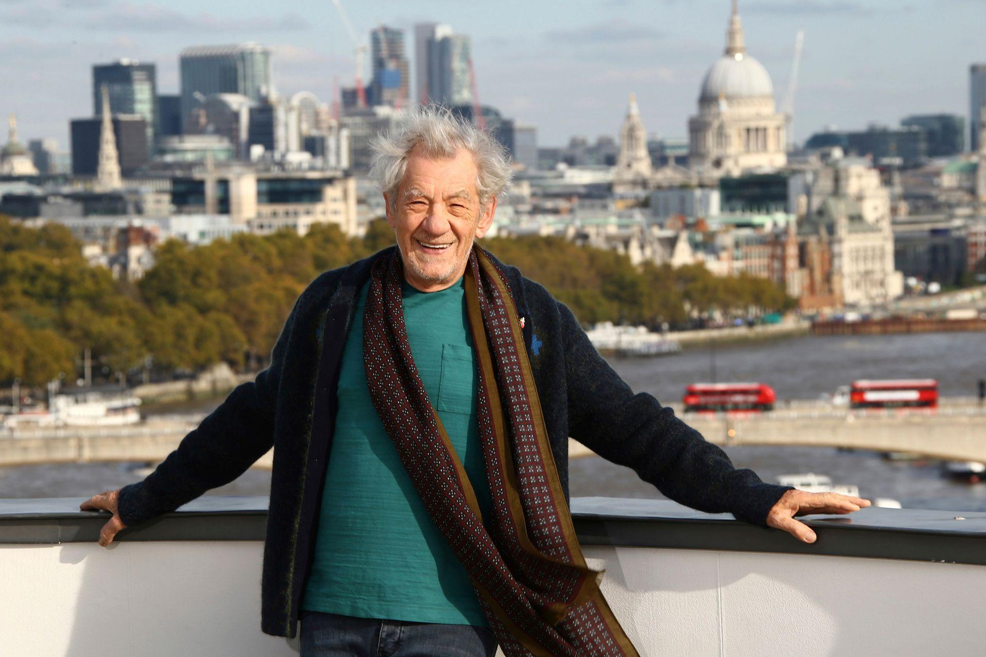 Un sir despeinado y sonriente: Ian McKellen posó con la ciudad de Londres como fondo, durante el photocall de la película The Good Liar