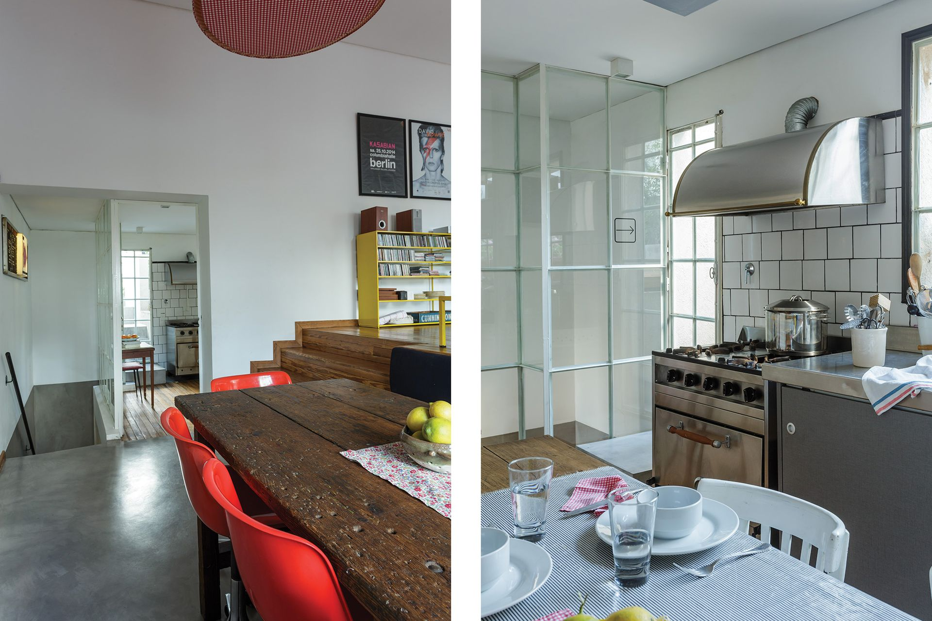 La cocina está ubicada entre el living y el deck exterior.