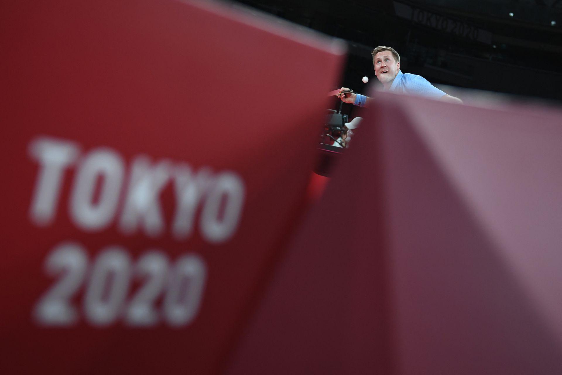 Koki Niwa de Japón compite contra Mattias Falck de Suecia durante el partido de tenis de mesa de cuartos de final del equipo masculino Japón vs Suecia en el Gimnasio Metropolitano de Tokio.