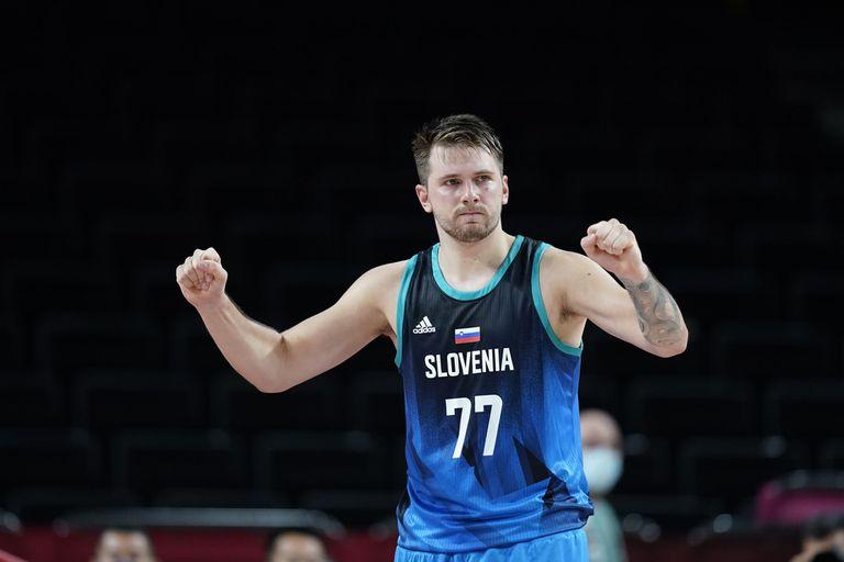 Hace unos días, el esloveno Luka Doncic fue uno de los basquetbolistas que quedaron bajo la lupa tras filtrase imágenes en las que se vio al plantel celebrando en la Villa Olímpica, jugando al póker, sin mascarillas y tomando vodka.