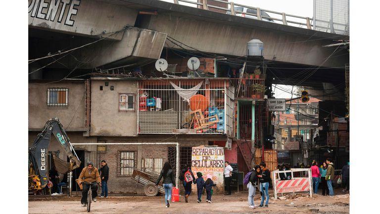 Vista de la villa 31 bajo la autopista Illia en Buenos Aires, Argentina,
