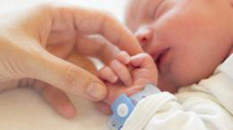 Algunas personas no entienden cómo una mujer puede dar a luz y entregar al bebé a las pocas horas del nacimiento.