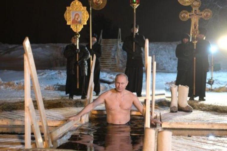 Putin ha retomado la tradición zarista de darse un baño de agua helada el día de Epifanía