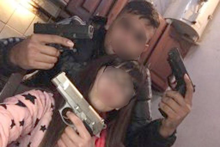 Daniel Laluz y su hermana posan con unas armas