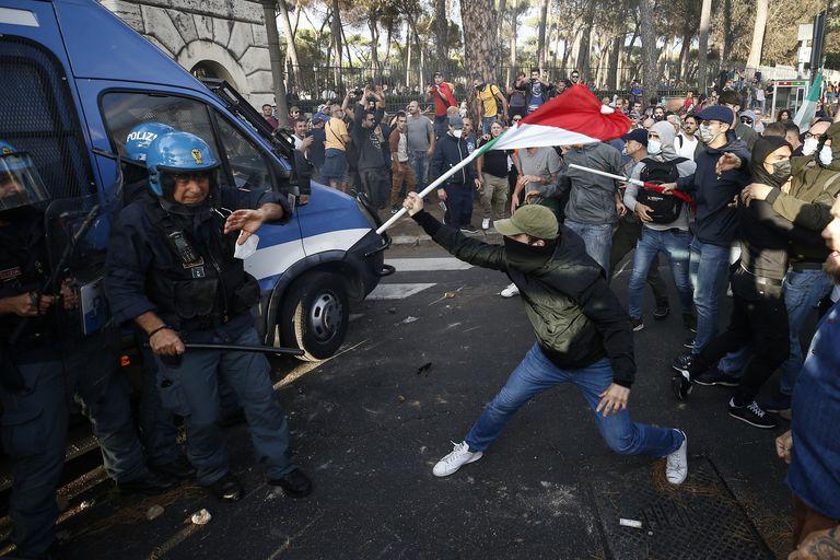 Policías chocan con manifestantes durante una protesta el sábado 9 de octubre de 2021, en Roma. (Cecilia Fabiano/LaPresse vía AP)